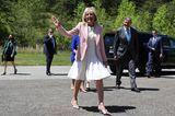 Es ist der erste Auftritt von Dr.Jill Biden ohne Maske seit Monaten. Grund dafür ist ihr vollständiger Impfschutz. Diese neue Freiheit zelebriert die First Lady mit dem Sommertrend schlechthin: einem weißen Kleid.