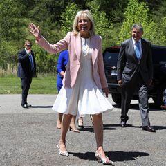Es ist der erste Auftritt von Dr.Jill Biden nach ohne Maske seit Monaten. Grund dafür ist ihr vollständiger Impfschutz. Diese neue Freiheit zelebriert die First Lady mit dem Sommertrend schlechthin: weiße Kleider.