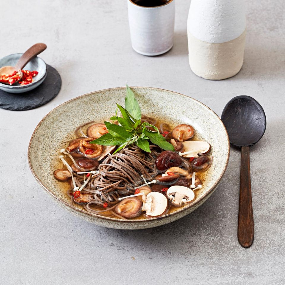 Soba-Nudeln mit gebratenen Pilzen