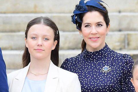 Tochter Isabella (mitte) beweist in ihrem lässig geschnittenen, cremefarbenen Hosenanzug, dass sie das Modegen ihrer Mutter geerbt hat und ihr in Sachen Style mittlerweile in nichts nachsteht.