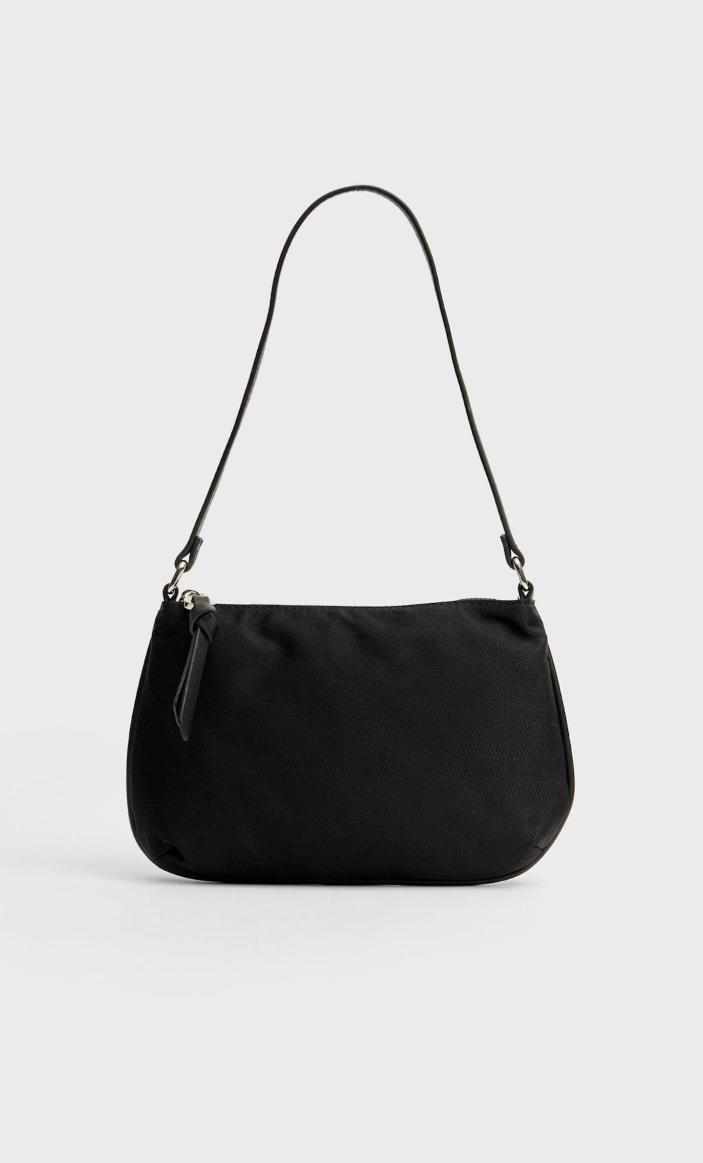 Mit dieser Art von Bag begann der ganze Nylon-Hype. Und auch in diesem Sommer machen wir mit der schwarzen Baguette-Tasche alles richtig. Von Stradivarius, ca. 13 Euro.