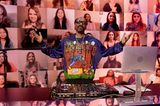 Snoop Doog sorgt als DJ für die richtige Musik, und zeigt per Hoddie, wer er ist!