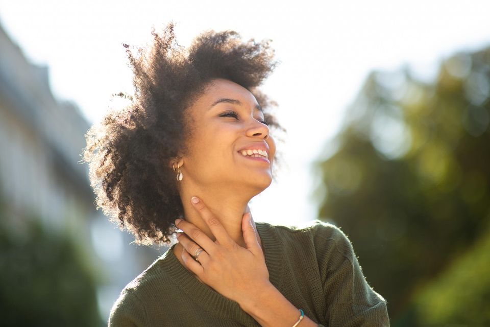 Persönlichkeit: Frau schaut glücklich nach oben