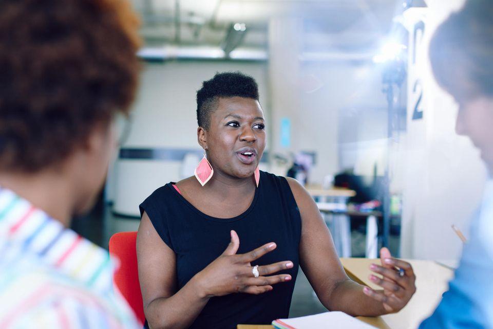 Besserwisser: Frau im Gespräch