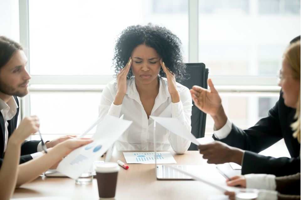 Meetingitis: Frustrierte Frau im Meeting