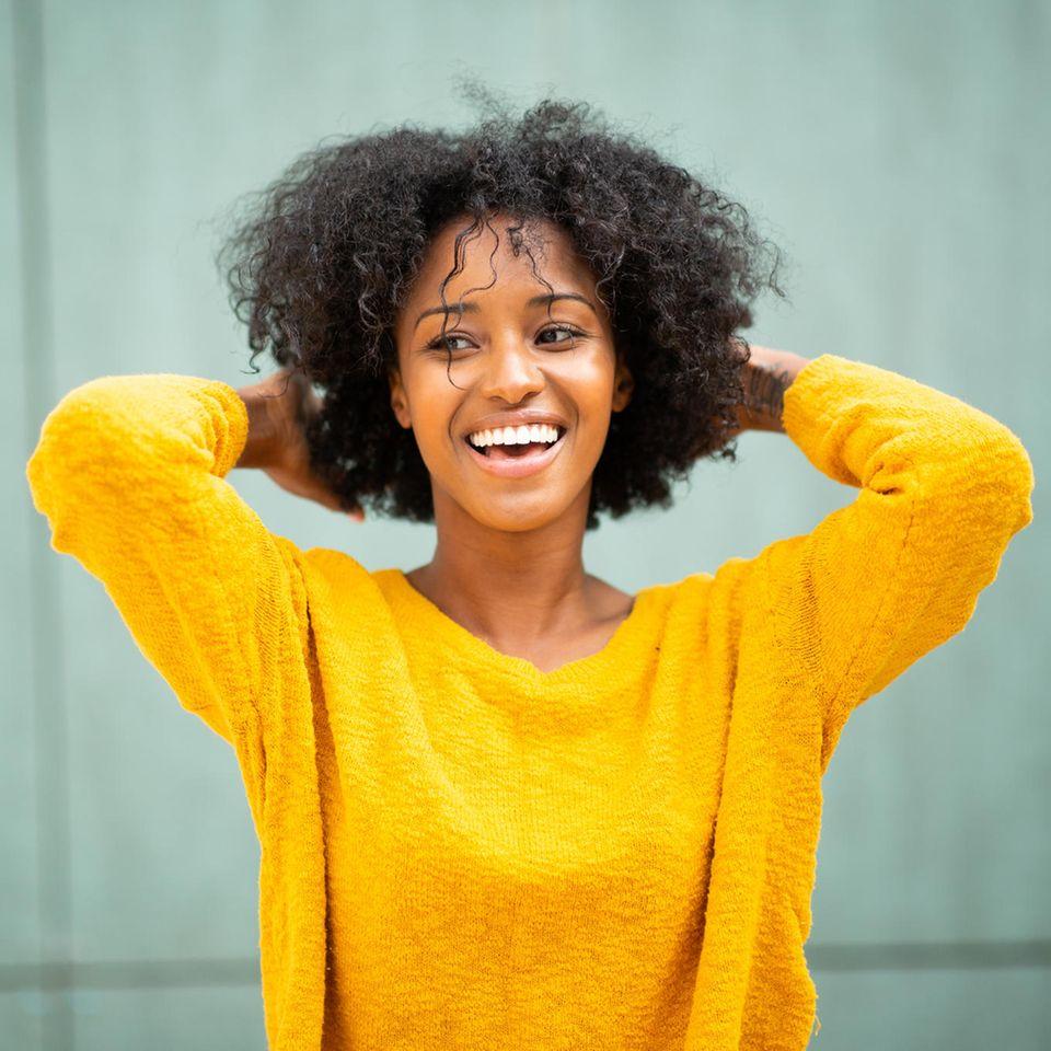 Emotionaler Stoßdämpfer: Glückliche Frau