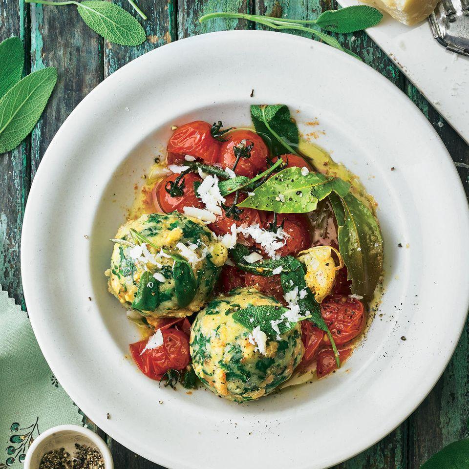 Lieblingsrezepte der Woche: Parmesan-Spinatknödel mit Salbeibutter und Tomaten