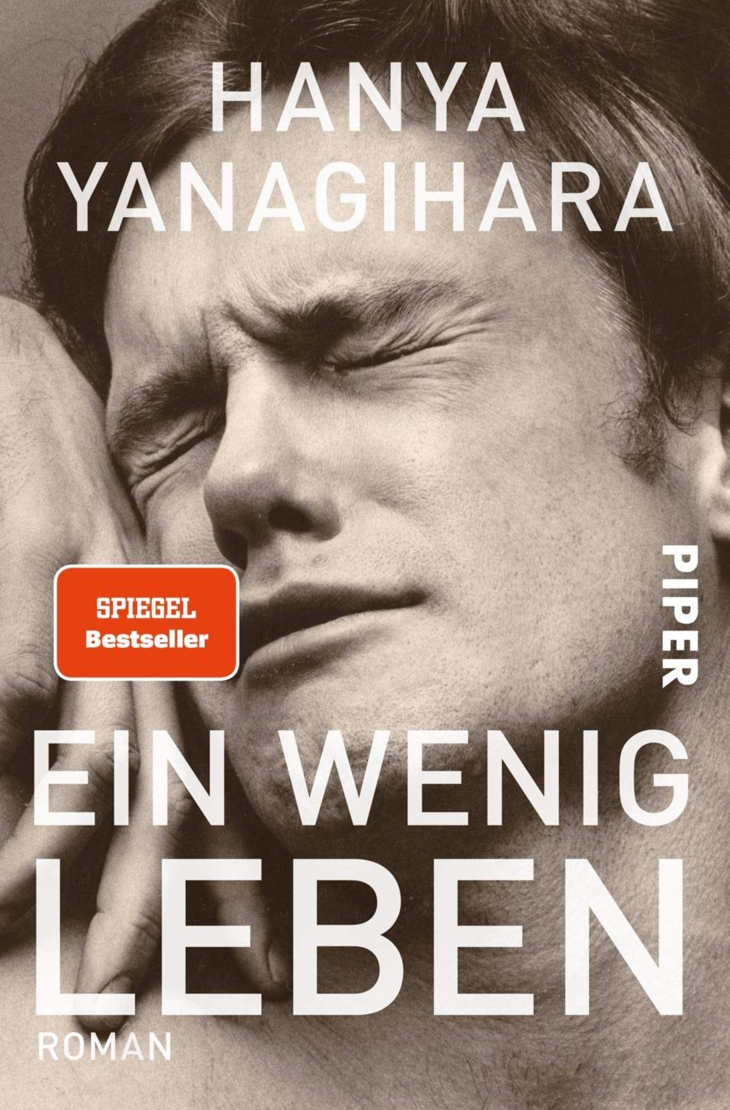 """Der Roman """"Ein wenig Leben"""" von Hanya Yanagihara erzählt die Geschichte der wundervollen Freundschaft zwischen vier unterschiedlichen Männern in New York. Im Fokus steht dabei das Leben des Jude St. Francis, bei dem der Leser schon sehr bald merkt, dass dessen Vergangenheit alles andere als leicht war. Auf den folgenden fast 1000 Seiten entfaltet sich Schritt für Schritt eine Geschichte voller Wucht, Tiefe und Intensität. Ich als Leser habe mitgelacht, mitgeweint und mitgefiebert. Yanagihara erzählt dabei mit so viel Gefühl und Authentizität, dass die Charaktere einem nur ans Herz wachsen können; sie werden zu Freunden, die man am liebsten nie wieder loslassen würde. Ich hatte selten in meinem Leben ein so intensives Leseerlebnis wie bei """"Ein wenig Leben"""" und empfehle es seitdem sämtlichen Bekannten und Freunden – mit Vorbehalt jedoch, denn das Buch ist wirklich kein leichter Stoff. Es wühlt auf, es macht fassungslos, es schockiert. Und trotzdem ist es eines der großartigsten Bücher der letzten Jahre.  Laura Klingenberg, @zeilenverliebt  zum Buch"""