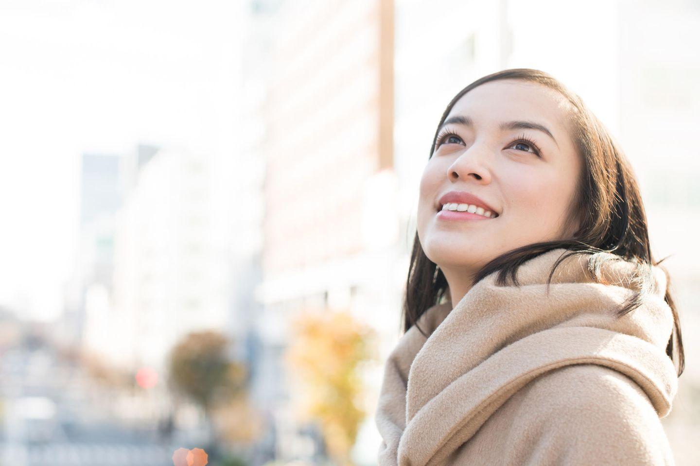 Psychologie: Eine japanische Frau schaut in den Himmel