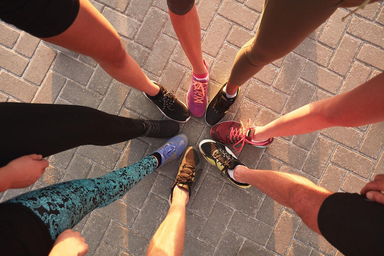 Beste Laufschuhe: Mit diesen Modellen kann euch keiner aufhalten, Frauen im Kreis