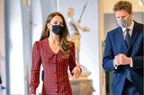 """Beim Besuch der Ausstellung """"Alice: Curiouser and Curiouser"""" im V&A Museum in London überrascht uns Kate in einem außergewöhnlichen Kleid. Es besticht nicht nur mit einer durchgehendenKnopfleiste, auch der Bubikragen und die leicht ausgestellte untere Partie machen es zum Hingucker. Aber das ist noch nicht alles: Das Dress verzaubert uns ebenfalls durch seine leicht angedeuteten Puffärmel und sein auffälliges Karo-Muster. Schlichte Accessoires, wie schwarze Pumps, eine ebenfalls schwarze Clutch und Goldschmuck,perfektionieren den Look."""