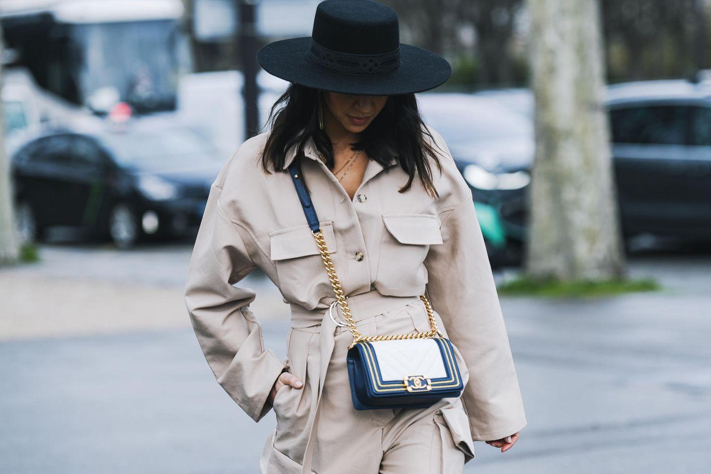 Beige Kleidung: Model trägt beigen Mantel