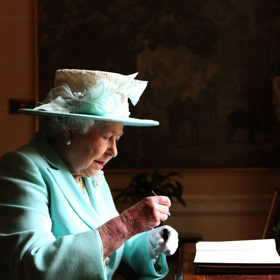 Dankeskarte aus dem Palast: Queen Elizabeth beim Schreiben eines Briefes