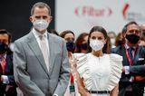 Königin Letizia besucht eine Tourismusmesse in Madrid und trägt dafür einen echten Urlaubslook: Der weiße Jumpsuit mit Rüschen ist körperbetont geschnitten und setzt die schmale Silhouette der Zweifach-Mama toll in Szene. Dazu wählt sie schwarze Accessoires.