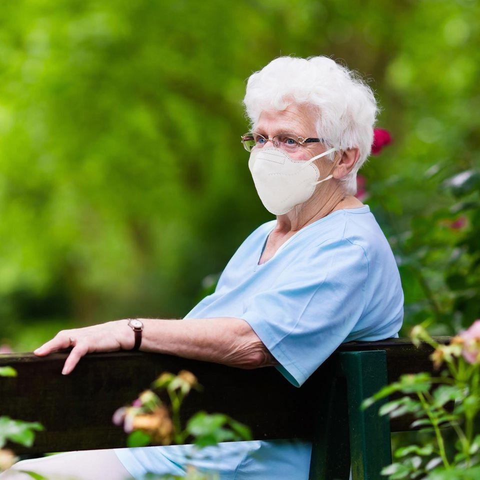Corona aktuell: Ältere Frau mit Maske
