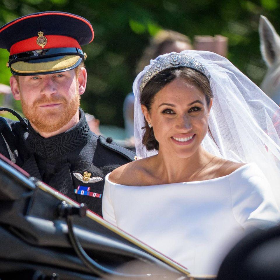 Prinz Harry + Herzogin Meghan: Ihr Hochzeitstag spielt für die Royal Family keine Rolle: Das Paar winkt nach seiner Hochzeit