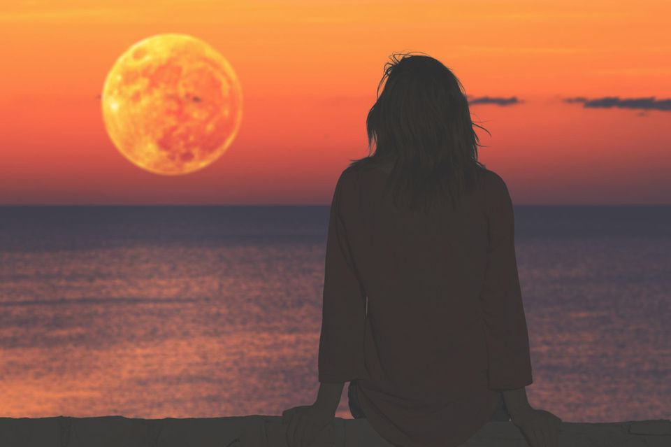 Horoskop: Eine Frau beobachtet den Mond