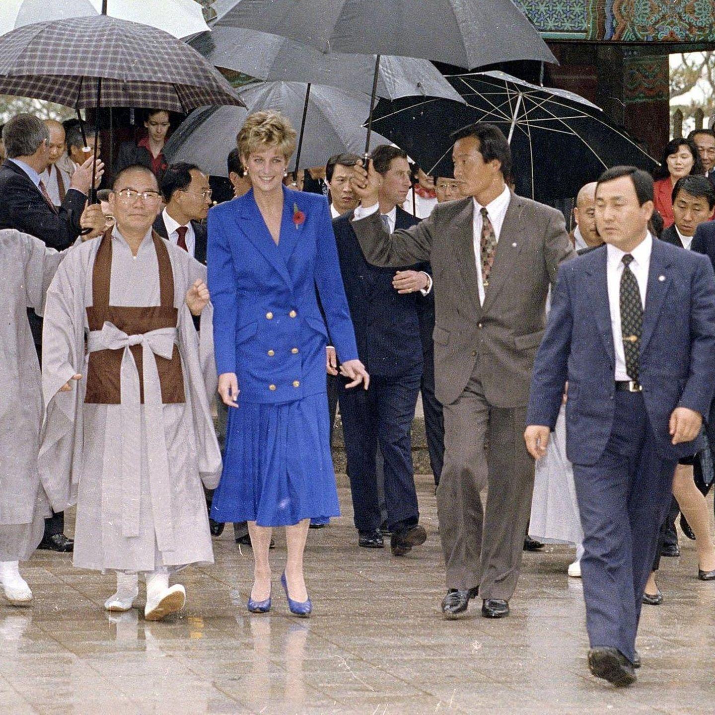 Während einer Reise nach Hongkong im Jahr 1992 zeigt sich Prinzessin Diana in einem blauen Ensemble bestehend aus Faltenrock und Long-Blazer. Ein Outfit, das sich Kate während ihrer Schottland-Reise definitiv zum Vorbild genommen hat ...