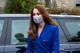 Kate zeigt sich fast 30 Jahre später in einem sehr ähnlichen Look, der perfekt zu dem Verlobungsring passt, der ebenfalls einst an Dianas Ringfinger steckte. Dazu kombiniert sie Accessoires in Hellbraun.