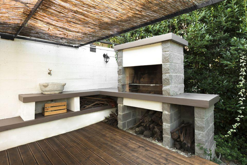 Grillplatz gestalten: Grillkamin auf einer Terrasse