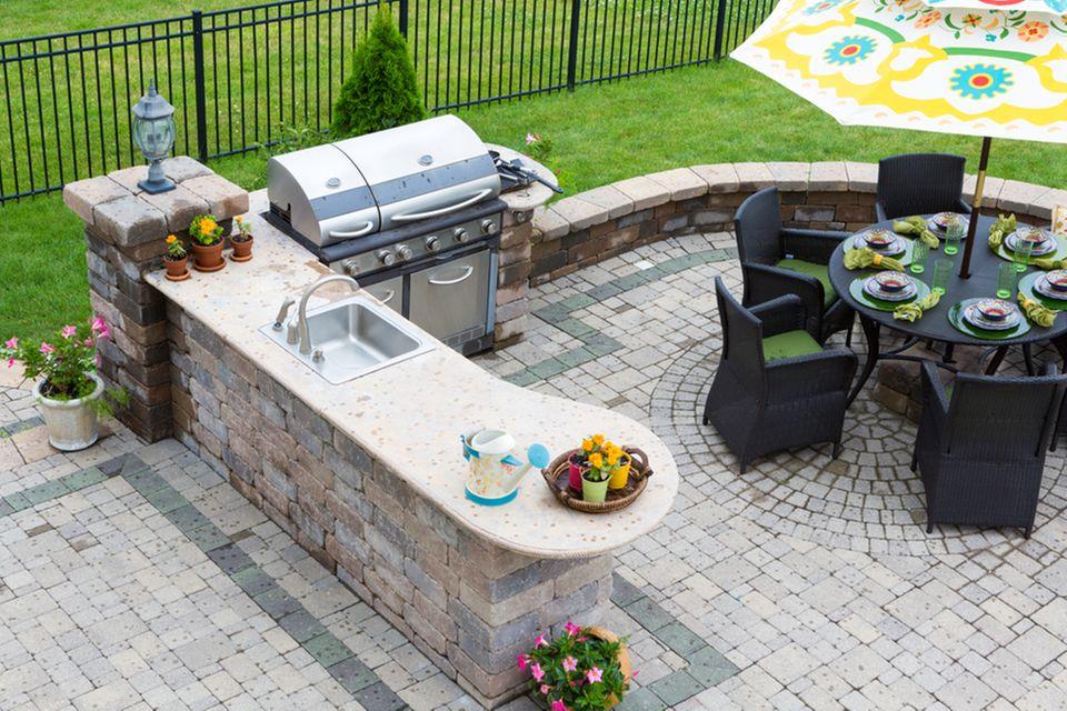 Grillplatz gestalten: Terrasse mit Grill und Sitzecke