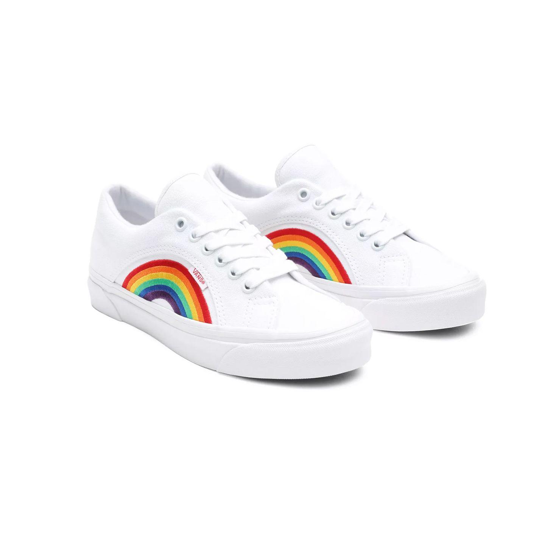 Kaum ein Symbol ist so ikonisch wie der Regenbogen. Bereits seit den 70er-Jahren gilt die Regenbogenflagge als Banner der Schwulen- und Lesbenbewegung. Auch beim Schuhwerk kann man jetzt Flagge zeigen. Sneaker von Vans, ca. 90 Euro.