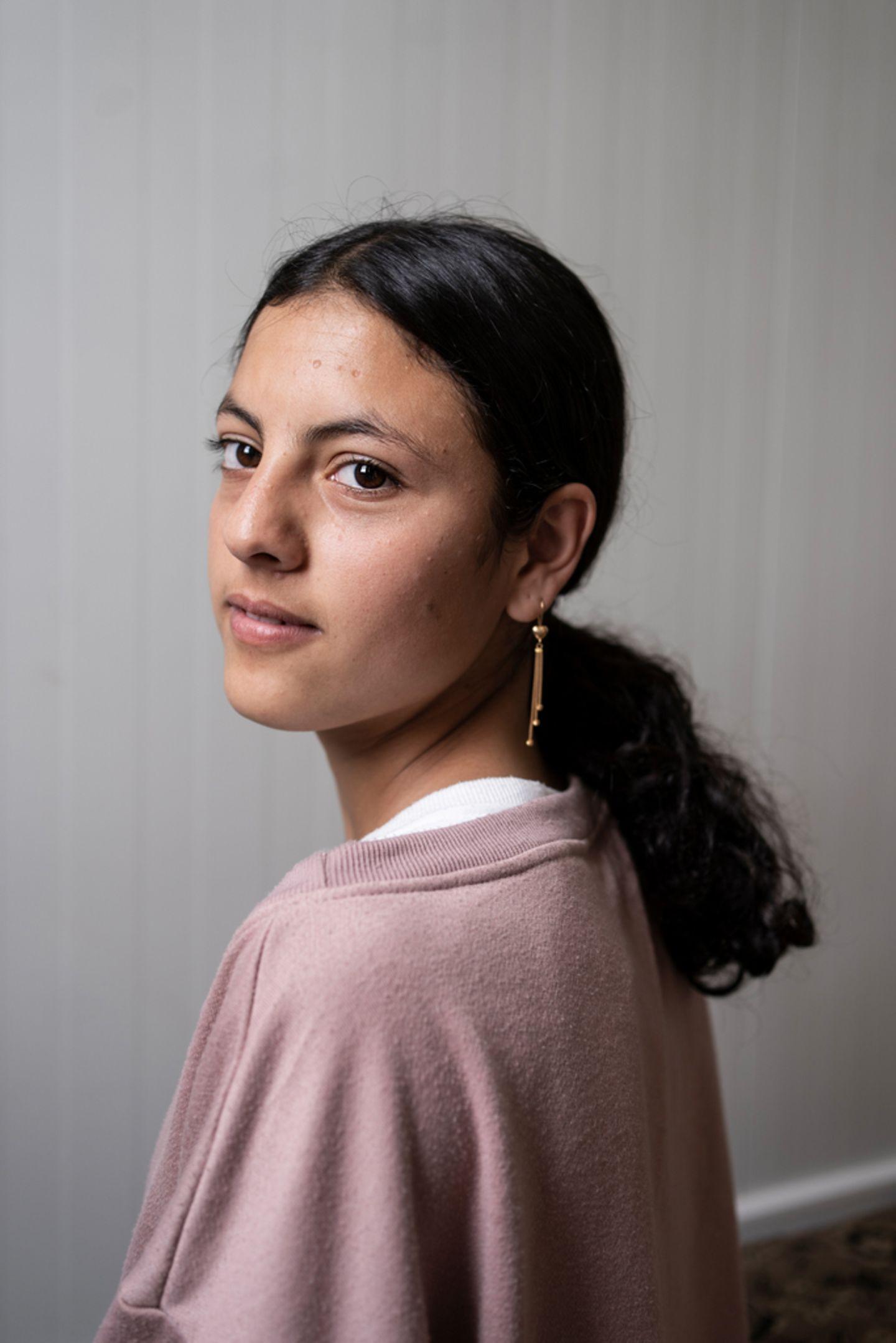 """Hadil, 15,ist die mittlere von vier Brüdern und vier Schwestern. Gemeinsam mit ihrer Familie floh sie 2014 aus ihrem Heimatdorf Dogouri in Sindschar. Als die ISIS kam, floh die Familie zunächst in ein Nachbardorf. Aber auch dort waren sie nach einer Woche nicht mehr sicher. Auf ihrer Flucht liefensie tagelang zu Fußin die Türkei – das Schlimmste, was Hadil erlebte. In der Türkei blieb sie mit ihrer Familie über ein Jahr lang, bevor sie nach Kurdistan zurückkehrte. Durchdas Box-Training fühlt sie sich""""schon stark genug, dazwischen zu gehen, wenn sich etwas Blödes vor meinen Augen abspielt. Und wenn ich bedroht werden würde, könnte ich mich auch schon ein bisschen verteidigen."""" Es ist ihr Traum, Ärztin zu werden. """"Damit ich Menschen um mich herum helfen kann"""", sagt Hadil. Ihr großes Vorbild ist und bleibt aber ihre Mutter: """"Sie hat acht Kinder sicher und ohne einen Kratzer in die Türkei gebracht."""""""