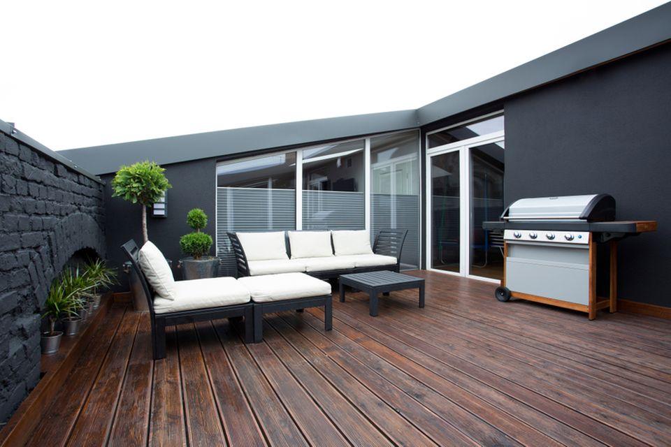 Grillplatz gestalten: Balkon mit Grill und Sitzecke