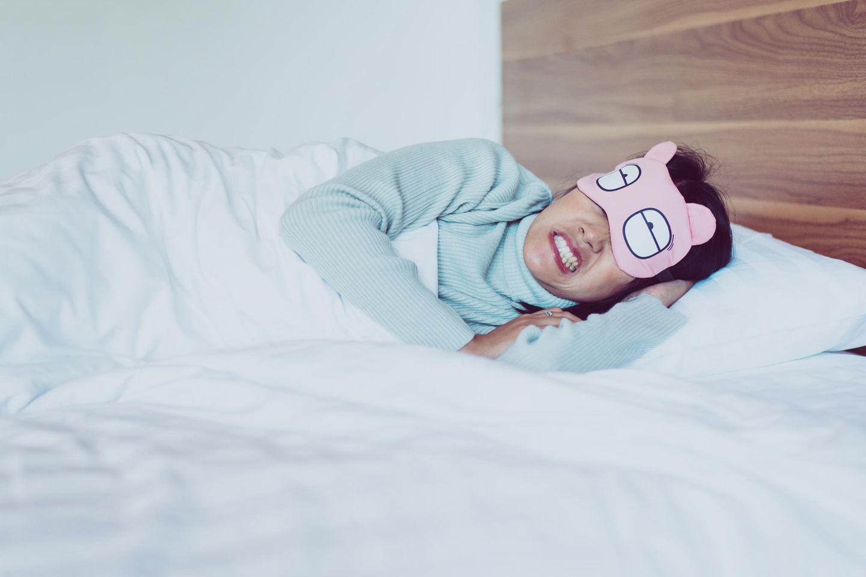 Bruxismus: Frau mit Schlafmaske