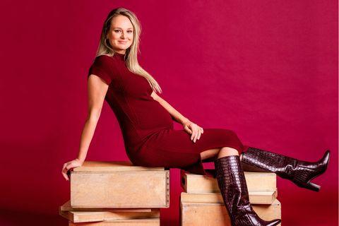Mode für Schwangere: Mareike in rotem Kleid
