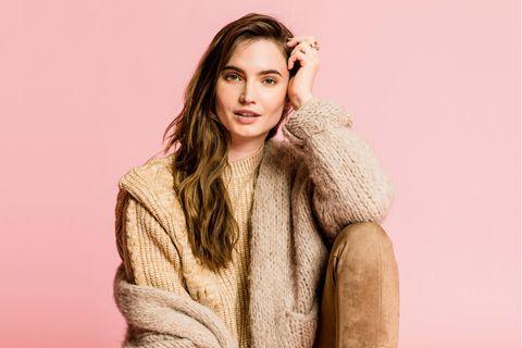 Homewear: Model im Cardigan-Look