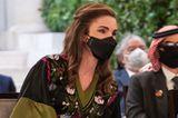 Königin Rania feiert mit ihrer Familie den 75. Unabhängigkeitstag von Jordanien. Dazu wählt die Monarchin ein traditionelles Gewand, das vor allem durch seinen kaftanähnlichen Schnitt,die weiten Flügelärmelund aufwändigen Stickereien besticht. Schlichte schwarze Pumps runden den Look ab, stehlen ihm aber nicht die Show.