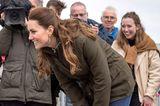 Herzogin Catherine zieht sich im Laufe des Tages um und absolviert ihren zweiten Termin in einem deutlich bequemeren Look: Zu einer blauen Jeans und braunen Schnürboots trägt sie eine khakifarbene Jacke. Nur die 18-Karat-Goldohrringe von einem schottischen Juwelier trägt sie den ganzen Tag. Kein Wunder, denn Kate weiß, wie sie sich diplomatisch kleidet und wählt immer öfter während Auslandsreisen die Kreationen von dort stammendenDesignern.