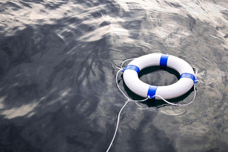 Versicherungslücke: Rettungsring auf dem Wasser