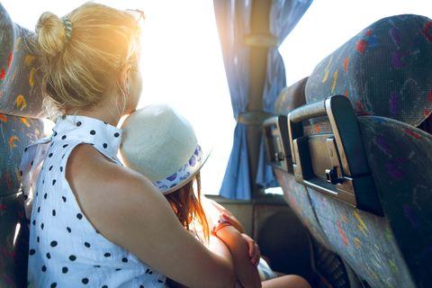 Corona-Tagebuch einer Mutter: Mutter und Tochter sitzen im Bus