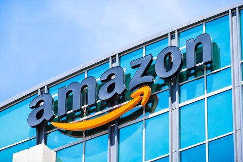 """Online-Riese kauft MGM für 8,45 Milliarden Dollar: Das """"Amazon""""-Zeichen an einem Gebäude aus Glas"""