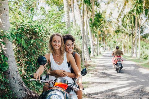 PRIDE: zwei Frauen auf einem Roller