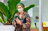 Königin Máxima greift anlässlich des Besuchs der Region Noord-Limburg zu einem bunten Eyecatcher-Mantel. Zum opulenten Blumenmuster des Mantels kombiniert die Royal ein wadenlanges Kleid in der Farbe Grün. Passend dazu wählt die Dreifach-Mama einen Hut in einer ähnlichen Farbe aus und setzt dem Look mit ebenfalls grünfarbenen Pumps das i-Tüpfelchen auf.
