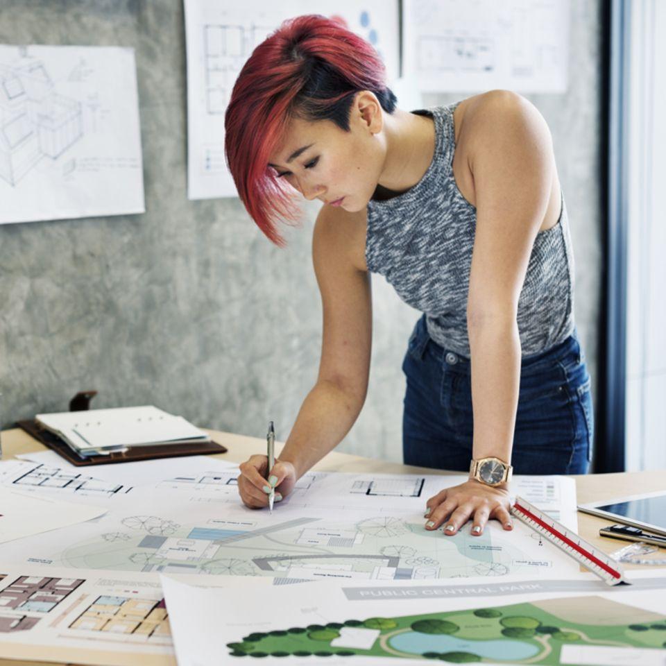 Kreativitätsmethoden: Frau beim Arbeiten