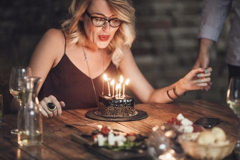Alter einer Frau erfragen: Frau mit Geburtstagskuchen