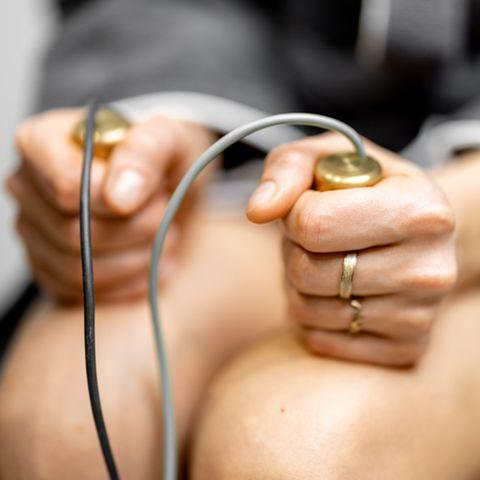 Bioresonanztherapie: Frau hält Elektroden