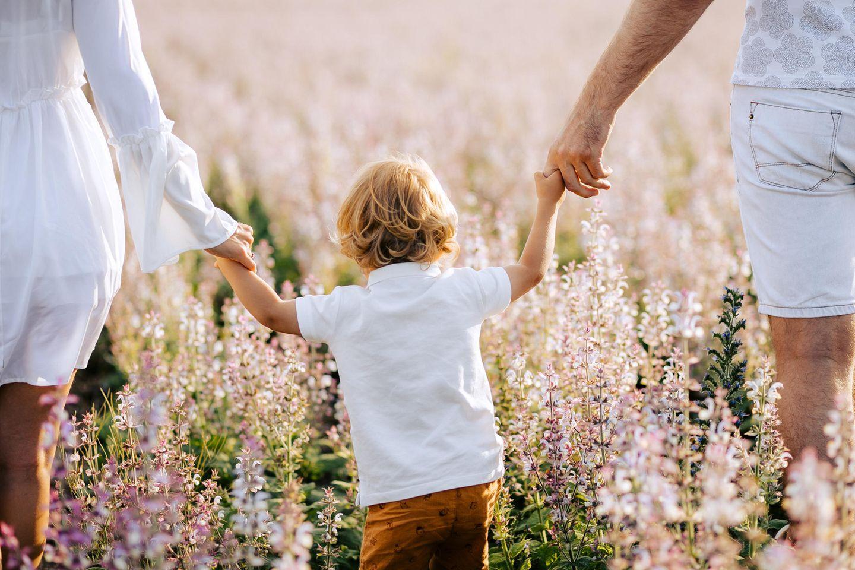 Trennungskinder: Kind hält Mutter und Vater an den Händen
