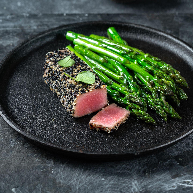 Asiatisch grillen: Tuna Steak mit Spargel