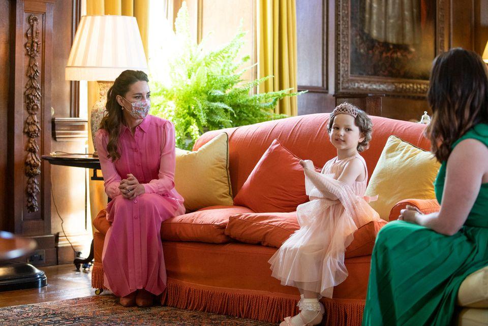 Herzogin Catherine trifft die fünfjährige Mila endlich auch persönlich - und trägt wie versprochen ein pinkfarbenes Kleid.