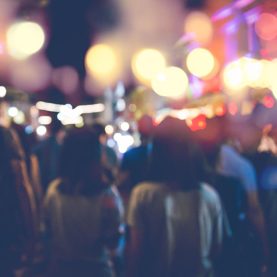 Hamburg: Menschen feiern auf der Straße