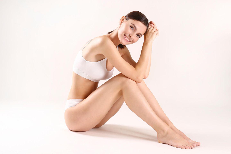 Nahtlose Unterwäsche: junge Frau in nahtloser Unterwäsche, weiße Unterwäsche