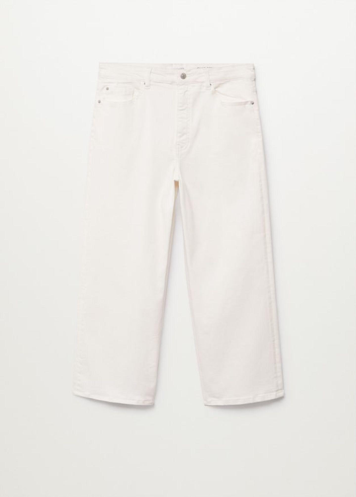 Keine Angst vor weißen Hosen – erst recht nicht, wenn sie extra bequem geschnitten und in verkürzter Form daherkommen. Von Violeta by Mango, um 40 Euro.