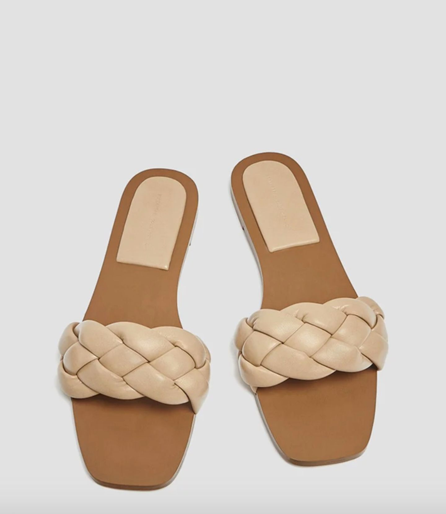 These Slides are made for walking! Die zarten Sandalen im Flecht-Look passen sich jedem Outfit an und sorgen für eine Extraportion Leichtigkeit. Von Pull & Bear, um 20 Euro.