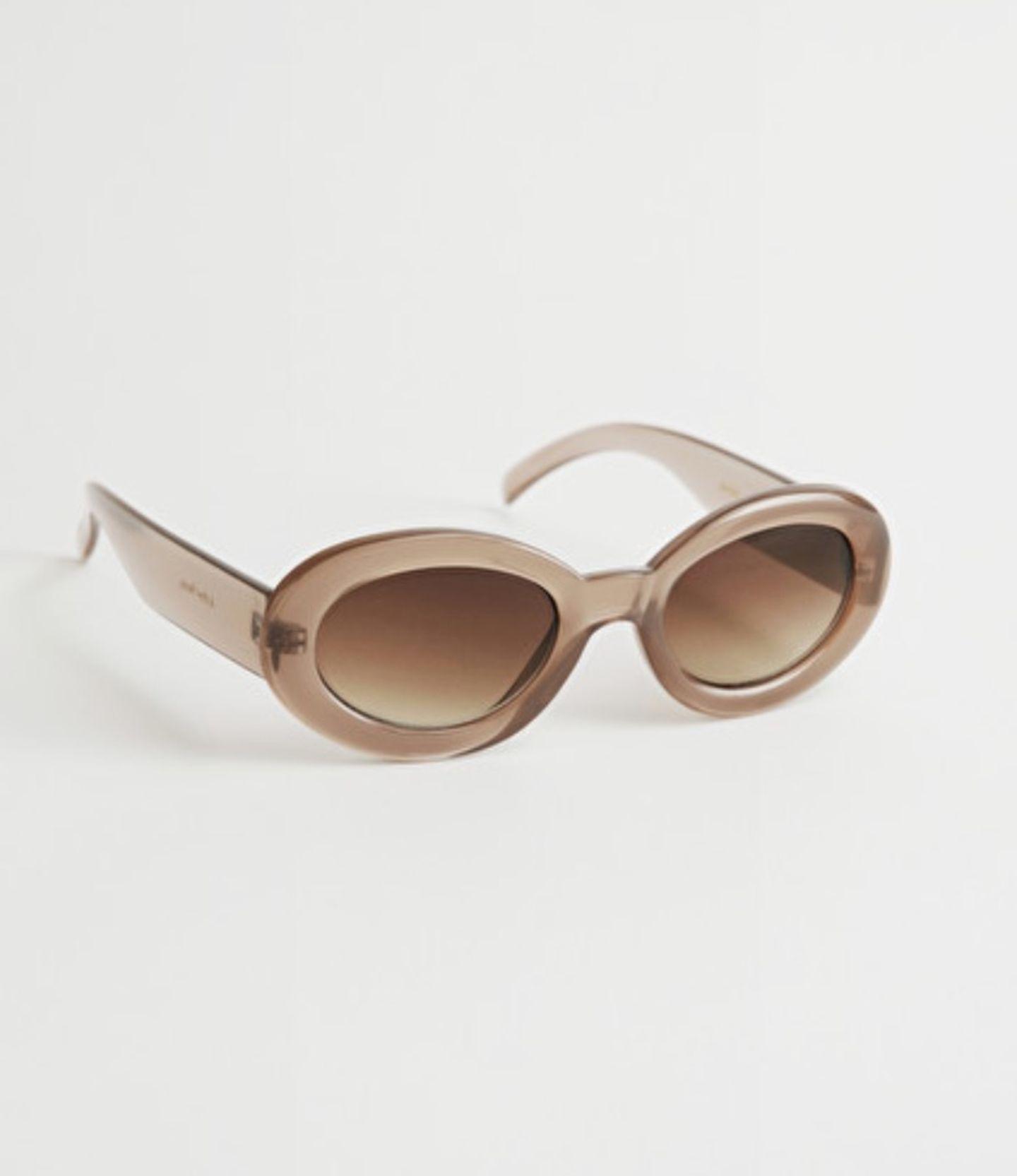 Ein Sommer ohne Sonnenbrille? Undenkbar! Dieses Modell mit mandelförmigem und transparentem Rahmenwäre auch zu stylisch, um es zu ignorieren. Von &other Stories, um 25 Euro.