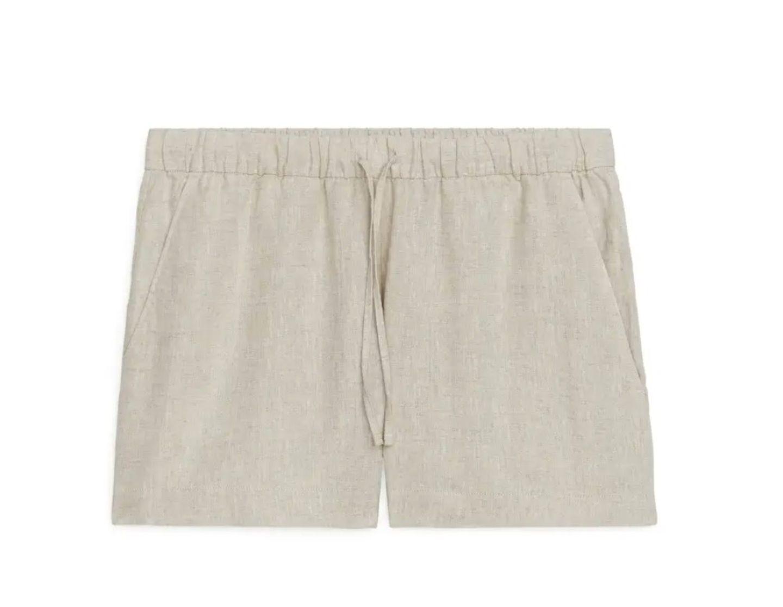 Wenn die Temperaturen unaufhörlich in die Höhe schnellen, hilft modetechnisch nur eines: Leinen! Kein Wunder also, dass diese Shorts in unseren virtuellen Warenkorb wandert. Dass sie super stylisch ist, hilft natürlich auch. Von Arket, um 40 Euro.